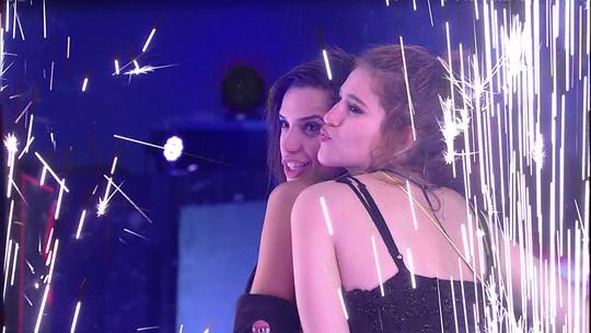 Paula e Ana Clara fazem pose em cenário da Festa Fiat Cronos