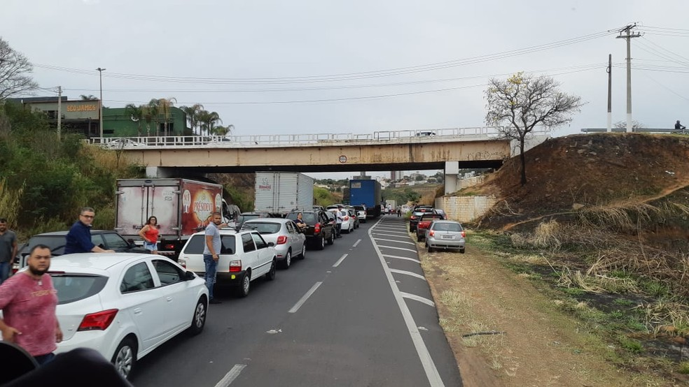 Trecho urbano da SP-294 ficou congestionado e parcialmente interditado no sentido Marília-Bauru — Foto: Corpo de Bombeiros/Divulgação