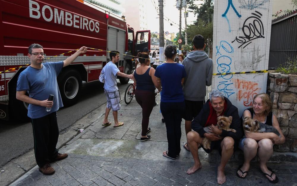 Moradores do prédio deixaram seus apartamentos acompanhandos apenas dos animáis domésticos  (Foto: TIAGO QUEIROZ/ESTADÃO CONTEÚDO)