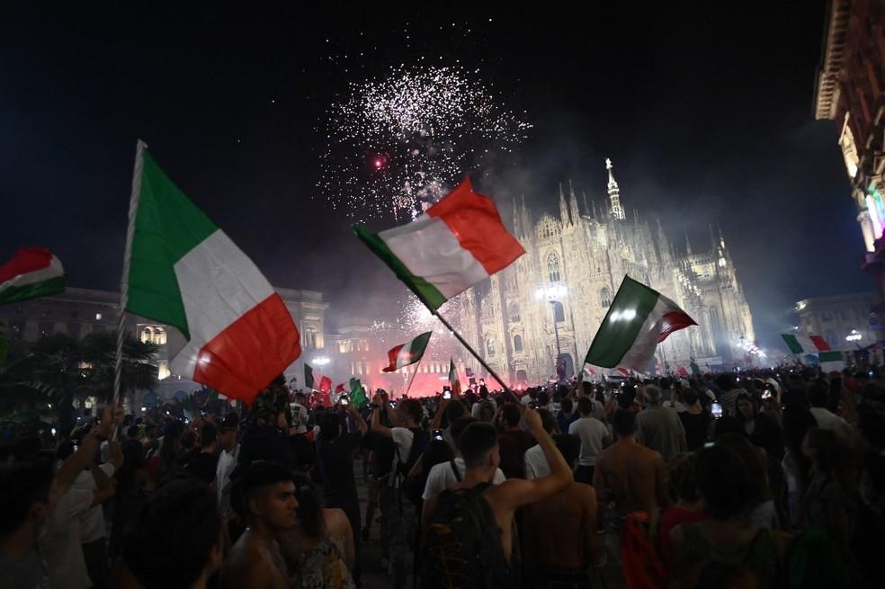 Festa da torcida italiana em Milão — Foto: AFP