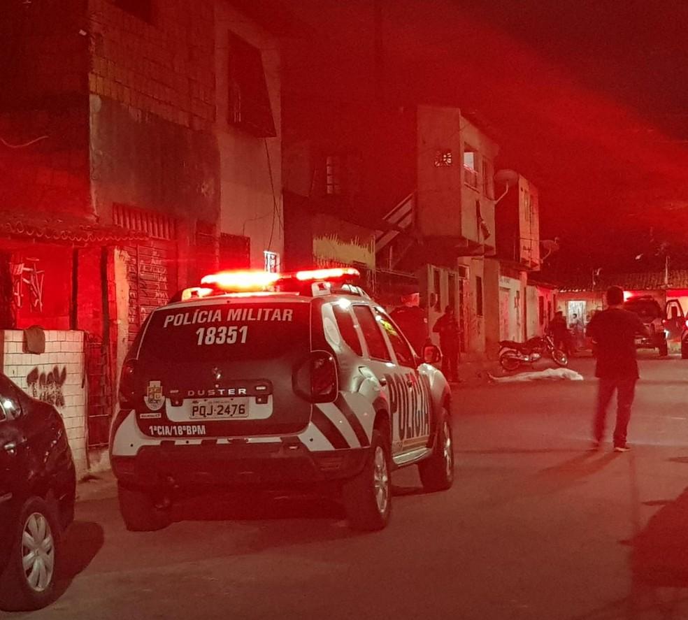 Jovem de 20 anos é amarrada, morta a tiros e tem corpo arrastado por rua de Fortaleza. — Foto: Rafaela Duarte/ Sistema Verdes Mares