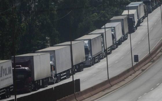 Grave dos caminhoneiros (Foto: Alex de Jesus/O Tempo/O Globo)