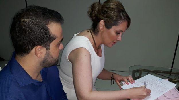 Atualmente, Letícia faz sessões com ozonioterapia três vezes por semana, em Cuiabá (Foto: Arquivo pessoal via BBC)