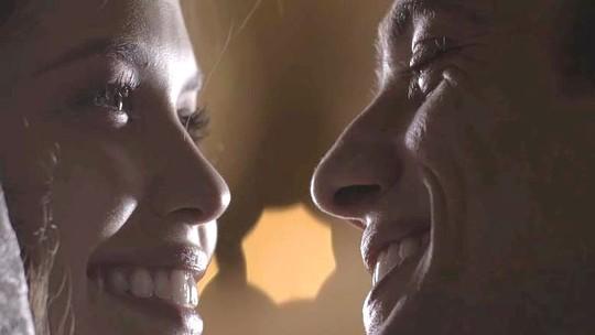 Julia e Danilo se casam, mas jovem é surpreendido pela polícia durante fuga; reveja as cenas