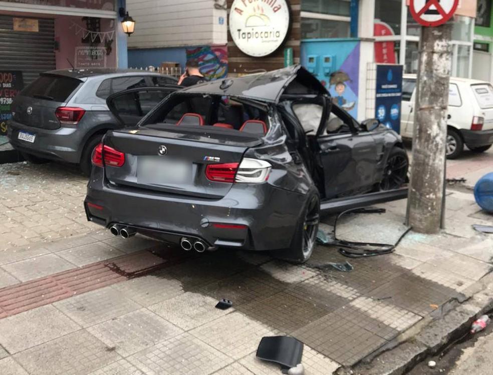 Duas pessoas ficaram feridas após carro bater em poste no Itajaí — Foto: Corpo de Bombeiros/ Divulgação