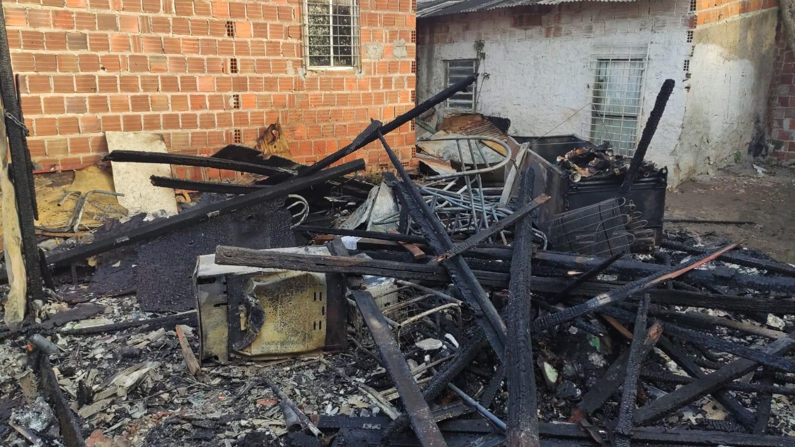 Incêndio destrói casa de catadora de recicláveis em Olinda: 'fogo levou tudo, o barraco ficou no chão', diz