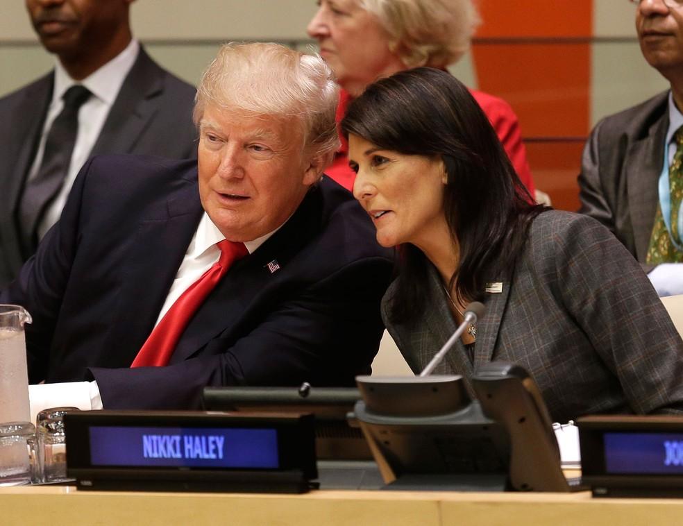 Presidente dos Estados Unidos, Donald Trump, conversa com embaixadora americana na Organização das Nações Unidas (ONU), na segunda-feira (18) (Foto: Seth Wenig/ AP)