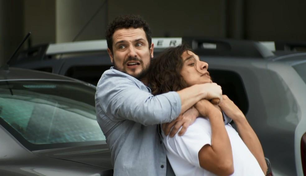 Lauro ameaça Merlin com uma faca, em 'A Dona do Pedaço' — Foto: Globo