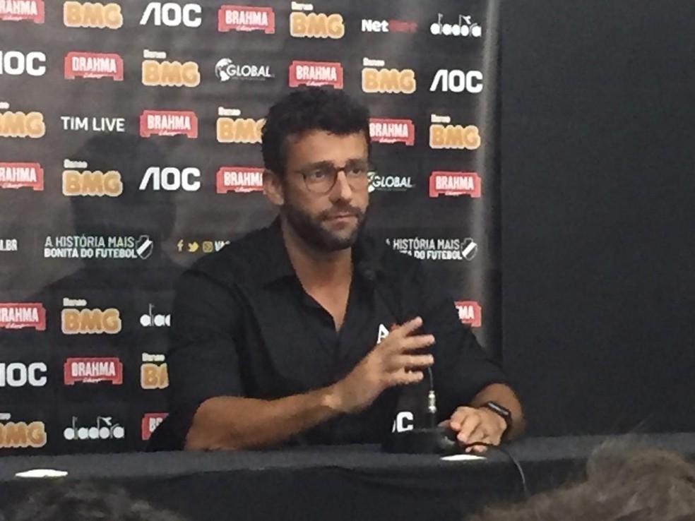 Alberto Valentim fala em entrevista coletiva após a derrota por 2 a 0 para o Flamengo — Foto: Felippe Costa