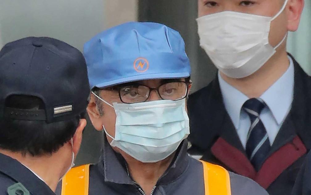 O ex-presidente da Nissan, Carlos Ghosn deixa a Casa de Detenção de Tóquio usando uma máscara — Foto: Jiji Press / AFP Photo
