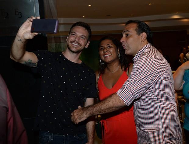 Emilio Dantas posa com populares após o fim do espetáculo (Foto: Francisco Cepeda / AgNews)