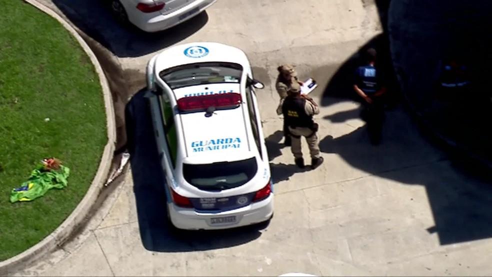 Guarda Municipal chega ao Ninho do Urubu — Foto: Reprodução/TV Globo