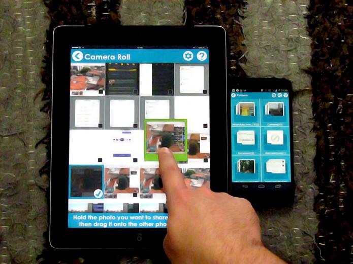 Segure a imagem escolhida e arraste para a borda do aparelho no FotoSwipe (Foto: Reprodução/Paulo Alves)