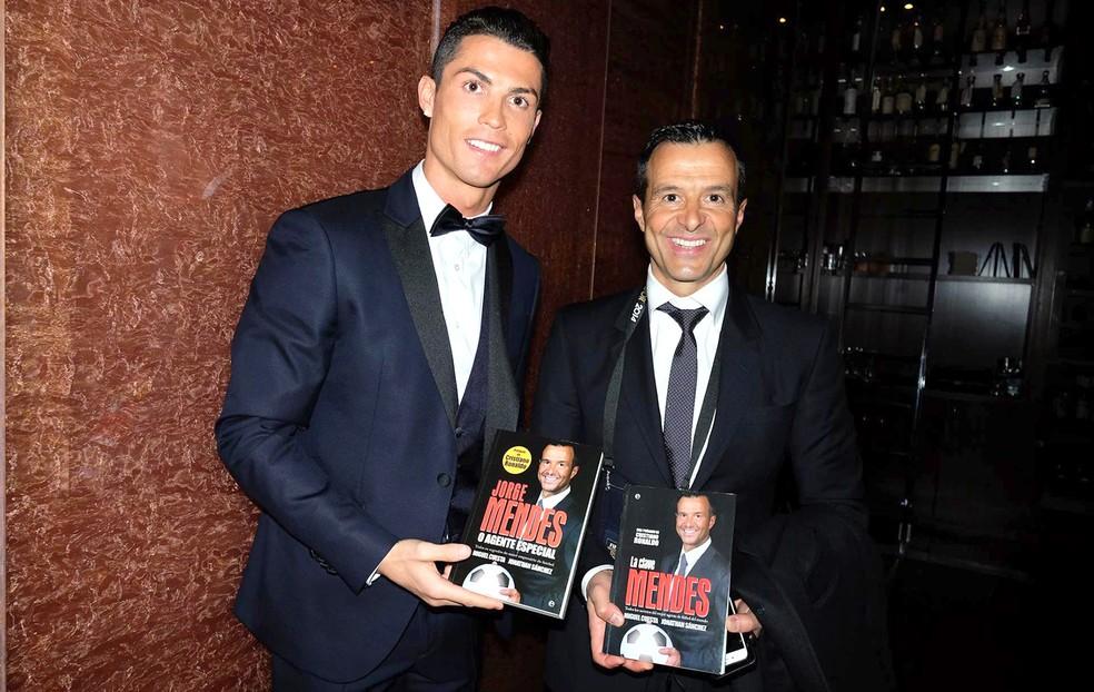 Cristiano Ronaldo ao lado do empresário Jorge Mendes (Foto: Reprodução/ Facebook)
