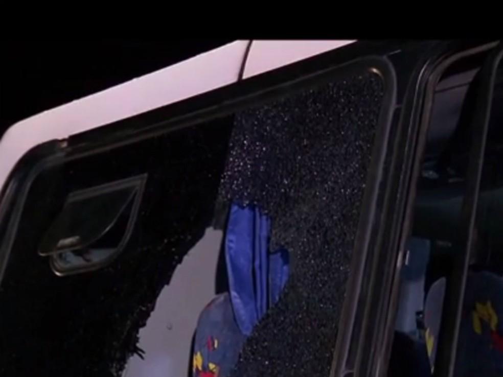 Ônibus foi metralhado (Foto: Reprodução/RPC)