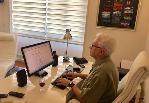 Aguinaldo Silva no escritório de sua casa, onde redige suas tramas (Foto: Reprodução/Twitter)