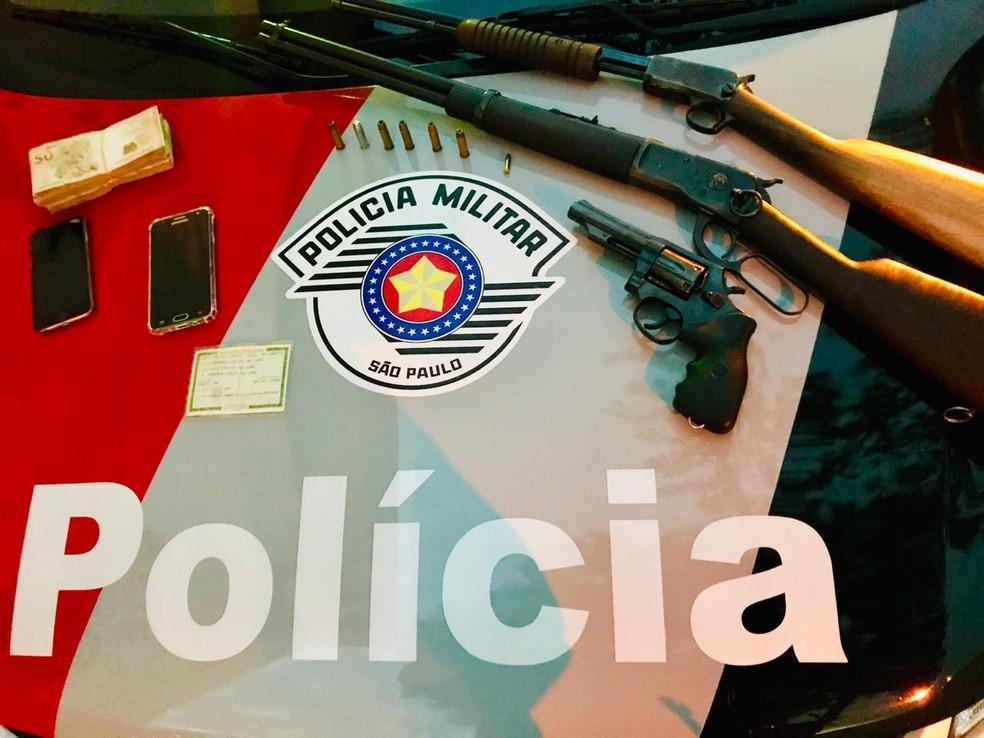 Armas foram encontradas na casa do suspeito — Foto: Polícia Militar/Divulgação