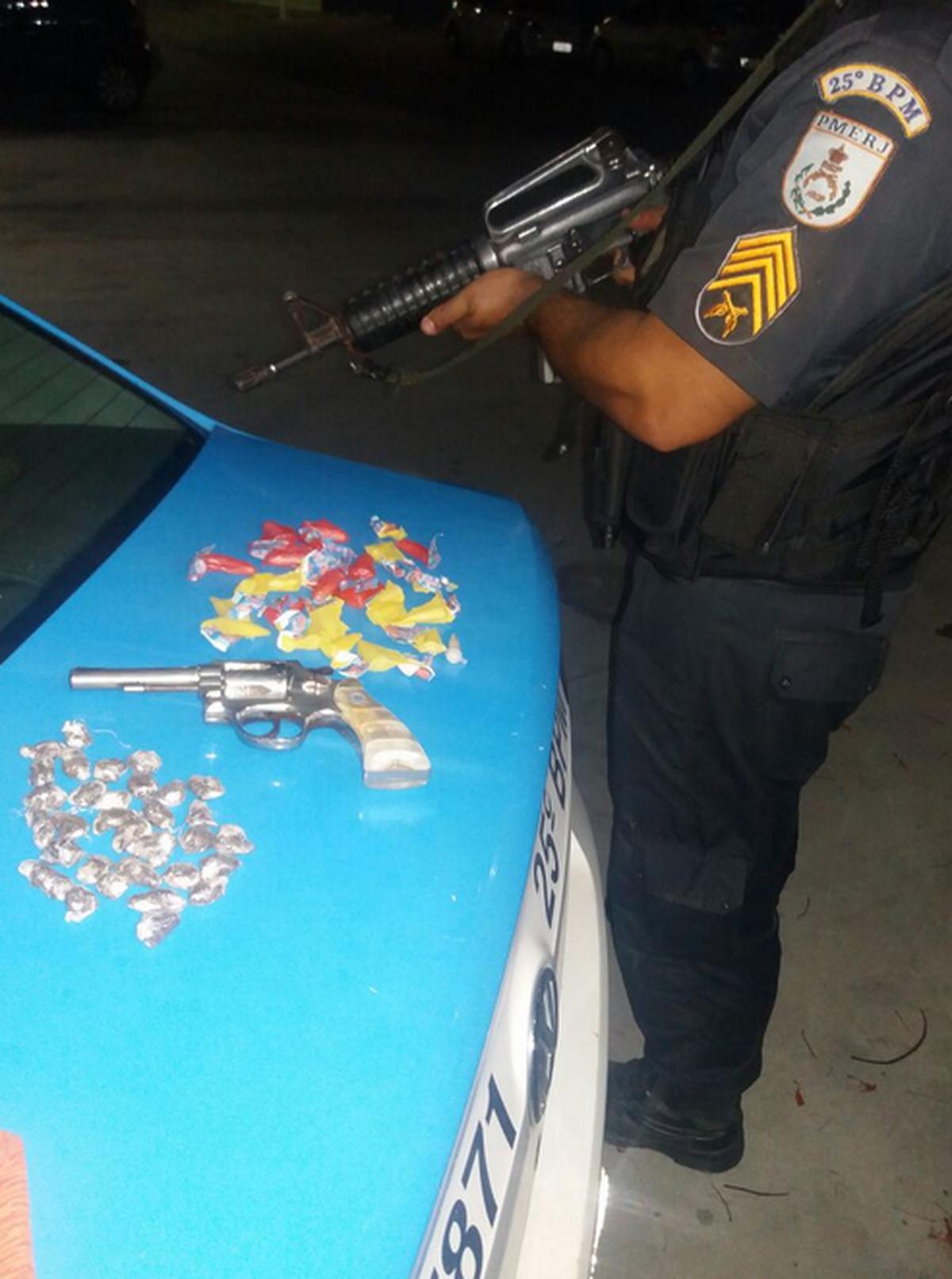 Homem é detido em casa com arma, munição e drogas em Búzios, no RJ