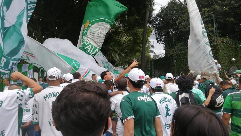 Torcedores do Palmeiras na porta da Academia — Foto: Denise Bastos