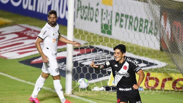 Cano comemora o gol, com Gabriel ao fundo. Vasco x Atlético-MG em São Januário