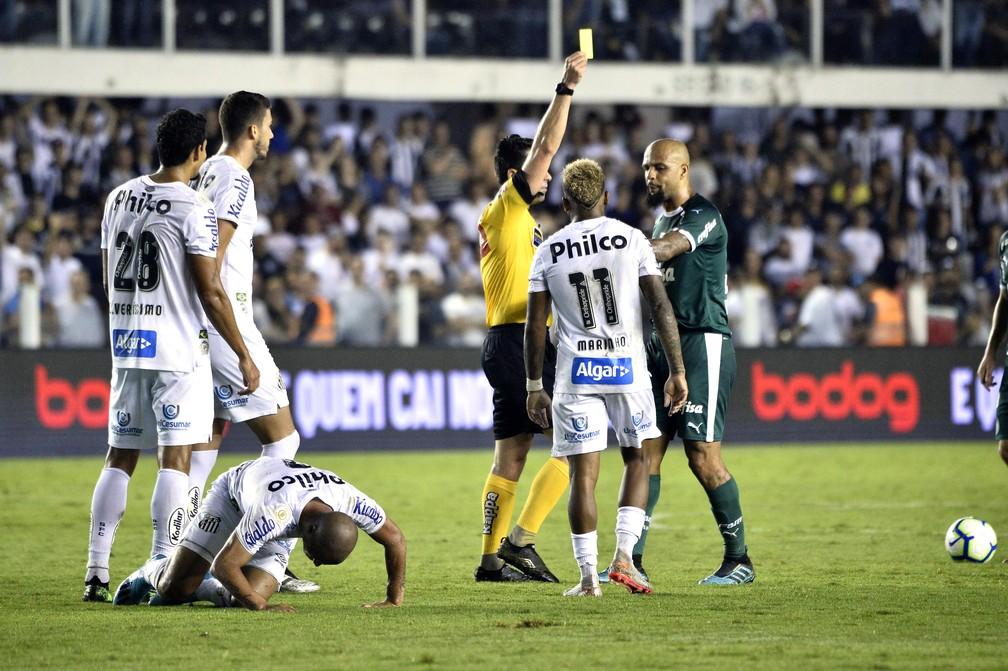 Felipe Melo toma cartão amarelo no clássico contra o Santos — Foto: Marcos Ribolli