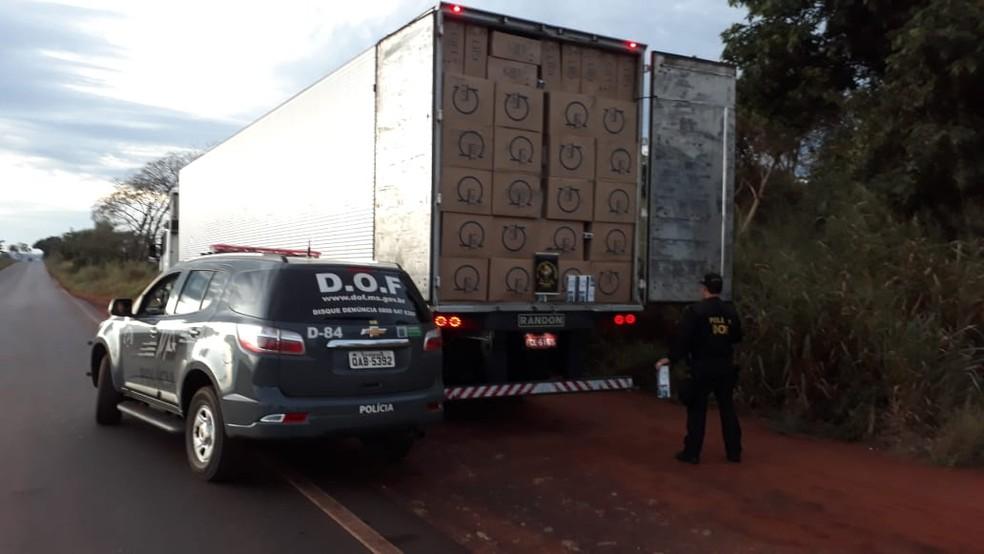 -  Carreta com cigarros contrabandeados do Paraguai apreendida em MS  Foto: DOF/Divulgação