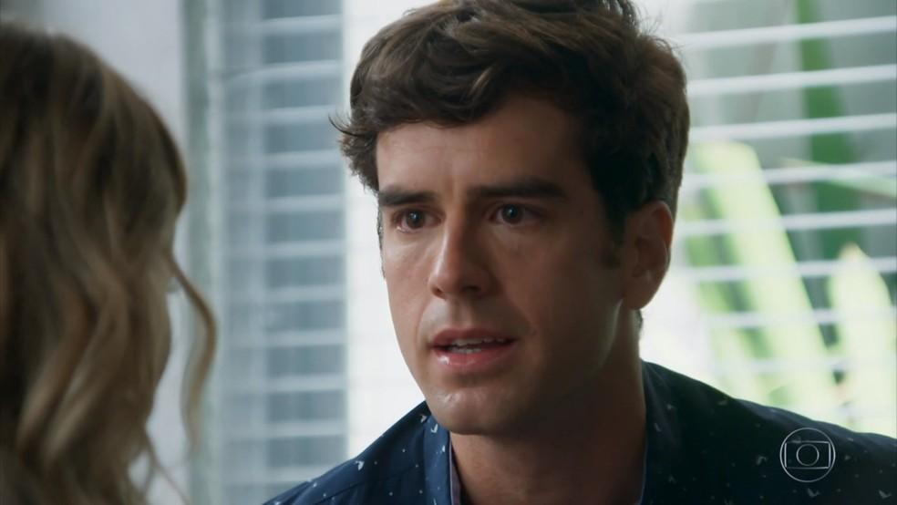 Felipe (Marcos Pitombo) cede à chantagem de Jéssica (Karen Junqueira) - 'Haja Coração' — Foto: Globo