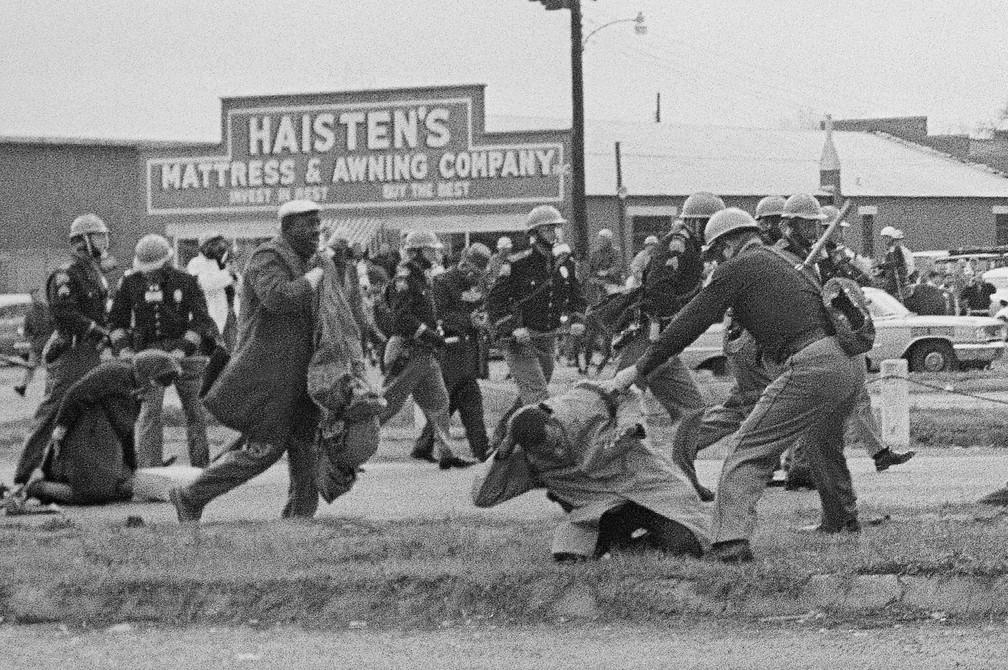 Foto de 7 de março de 1965 mostra um policial agredindo John Lewis durante marcha pelos direitos civis em Selma, no Alabama — Foto: Associated Press