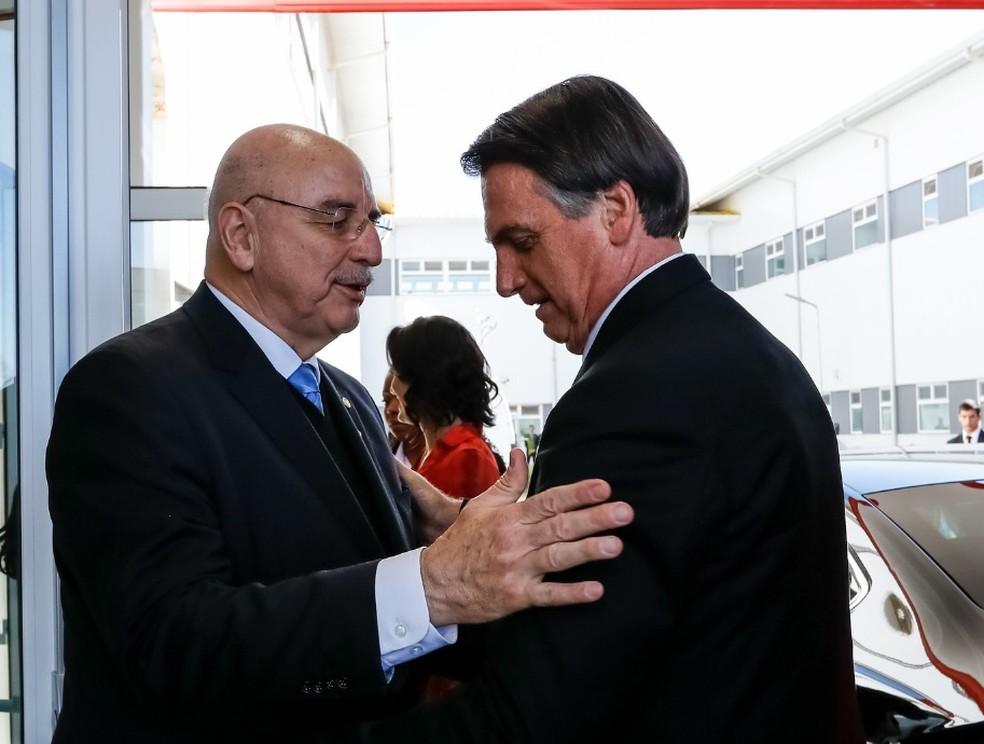 O ministro da Cidadania, Osmar Terra, ao cumprimentar o presidente Jair Bolsonaro — Foto: Carolina Antunes/PR