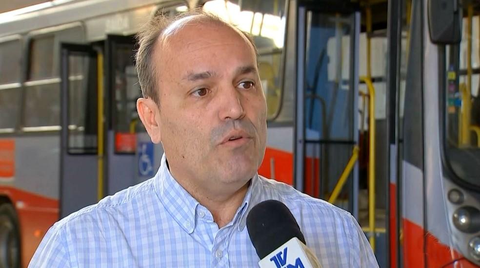 Alexandre Santiago, diretor da AMTU, explica que meta é diminuir o fluxo de dinheiro dentro dos ônibus (Foto: Reprodução / TV TEM)