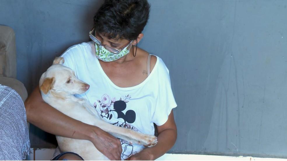 Regina adota cadela paralítica resgatada em rua de Jardinópolis (SP) — Foto: Chico Escolano/EPTV