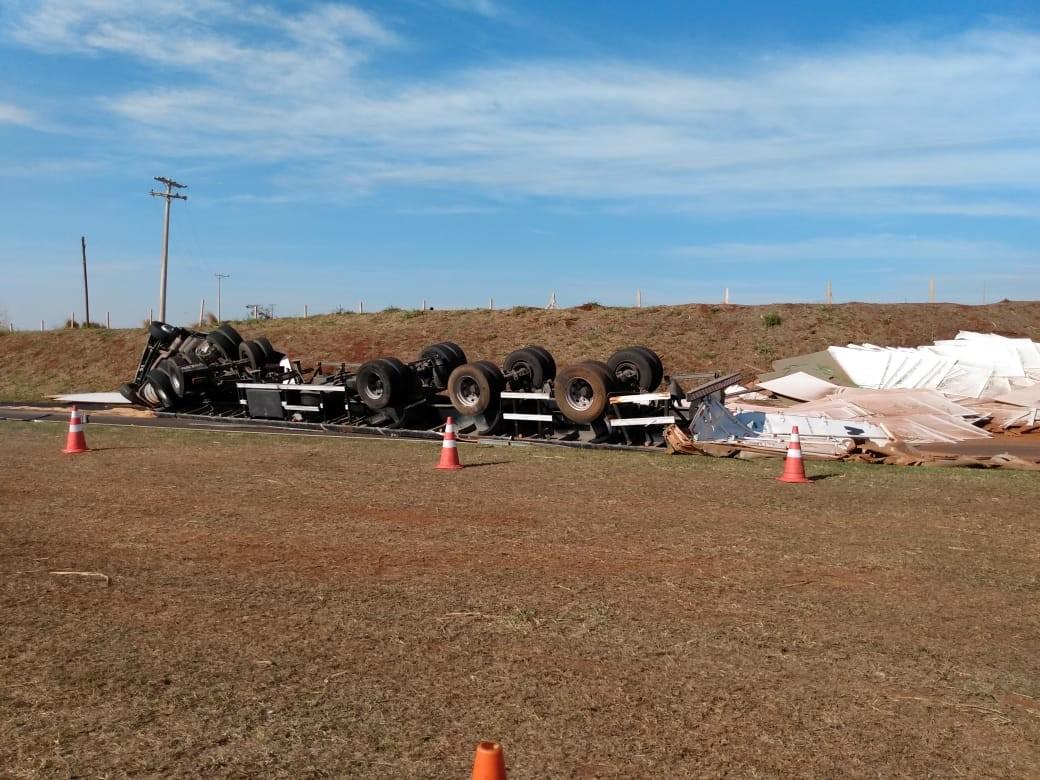 Caminhão carregado com madeira tomba em rodovia após motorista perder o controle do veículo