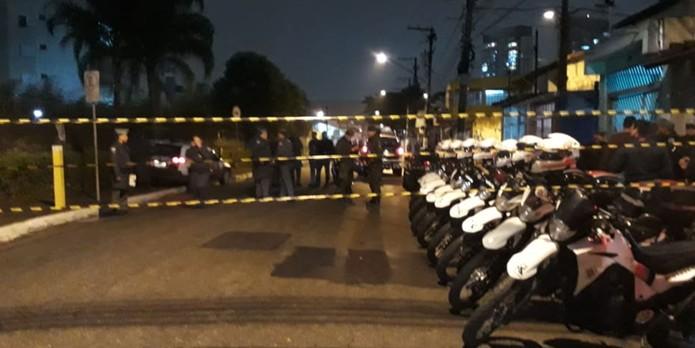 Polícia Militar isola área onde corpo foi encontrado em carro na Zona Sul de SP (Foto: Bruno Tavares/TV Globo)