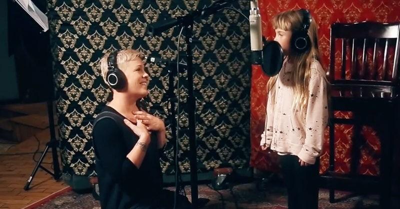 Pink cantando junto com Willow no estúdio (Foto: Reprodução)
