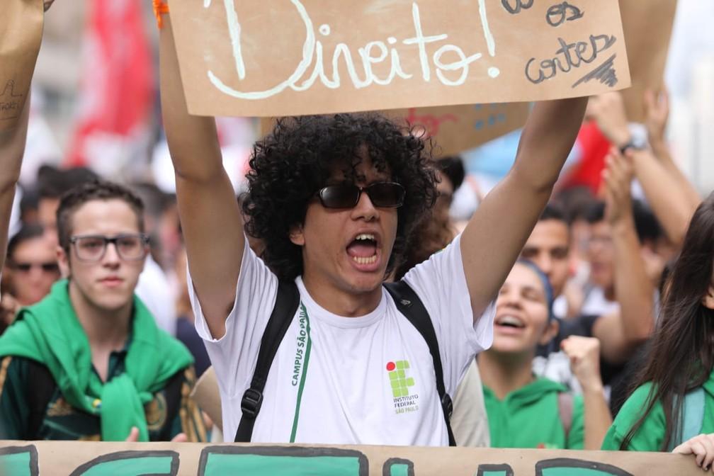 São Paulo - Manifestantes protestam contra os cortes na educação — Foto: Fabio Tito/ G1