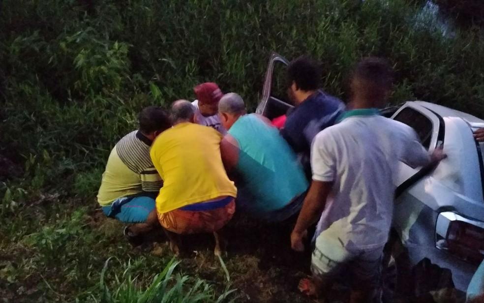 Populares ajudaram no resgate de Júlio César (Foto: Reprodução/ Giro Ipiaú)