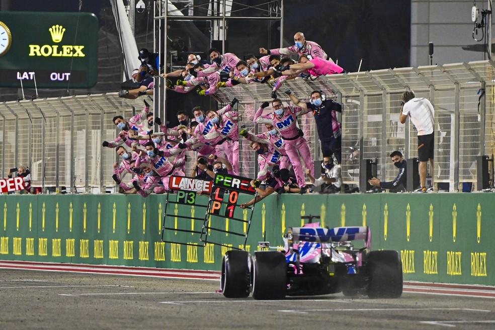 Sergio Pérez cruza a linha de chegada para vencer GP de Sakhir — Foto: Divulgação