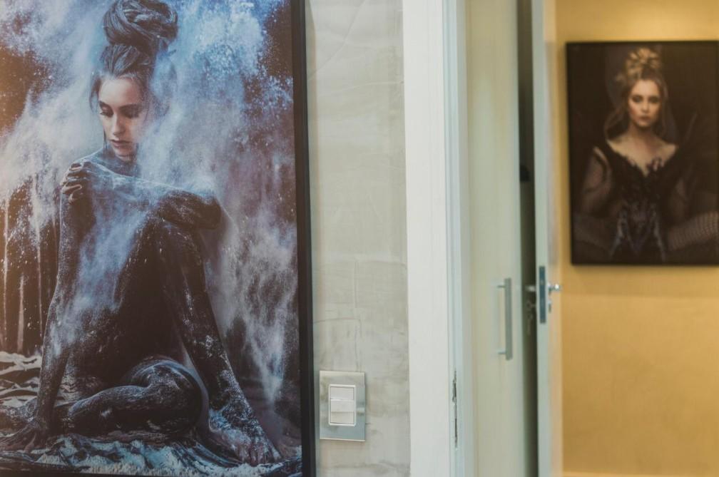 Carla mostra quadros com seu rosto que decoram seu apartamento  — Foto: Vinícius Mochizuki/Divulgação