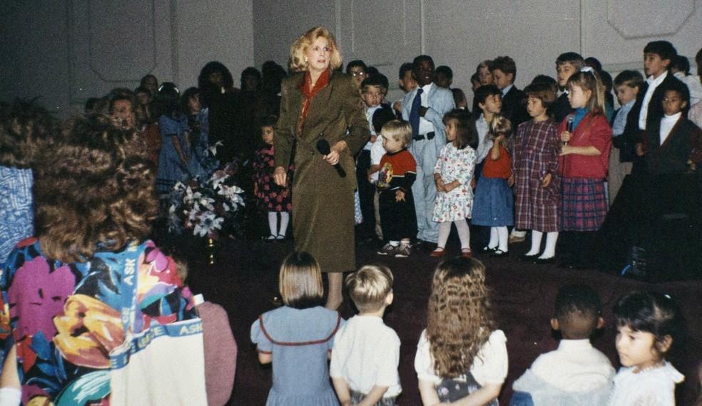 Imagem de arquivo mostra Jane Whaley, fundadora da Word of Faith Fellowship no Brasil, com várias crianças na igreja de Spindale, na Carolina do Norte (Foto: AP Foto/Silvia Izquierdo)