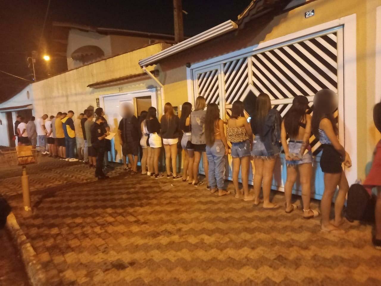 Festa clandestina com dezenas de jovens aglomerados é encerrada pela GCM no litoral de SP