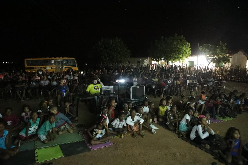 Locais públicos foram selecionados para a exibição dos filmes nas comunidades rurais (Foto: Divulgação/Cinesolar)
