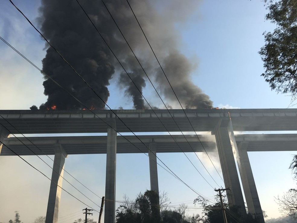 Incêndio em acidente na rodovia Caravlho Pinto (Foto: Anderson Prado/Vanguarda Repórter)