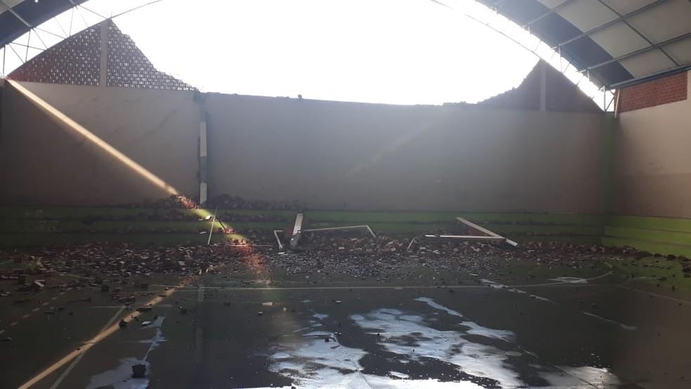 Parte do muro de uma quadra esportiva caiu — Foto: Maria Elza Nobre/Arquivo pessoal
