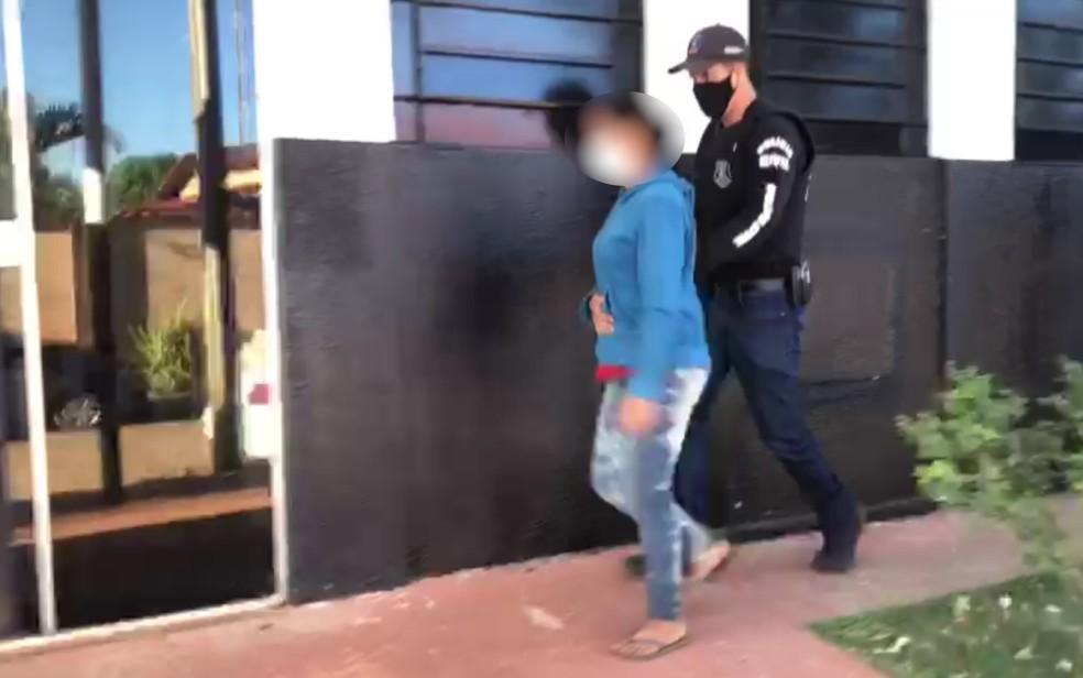 Ex-mulher de Lázaro Barbosa é levada para delegacia em Águas Lindas de Goiás — Foto: Danielle Oliveira/G1