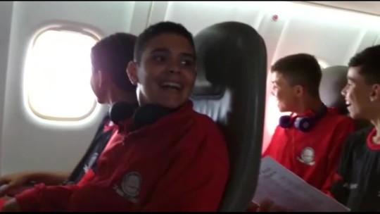Primeiro voo, saudade de casa e derrota: a estreia do time que viajou graças à campanha do rival