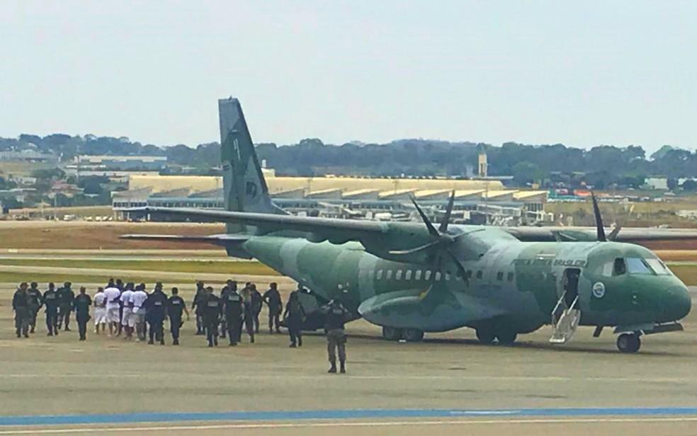 Presos foram transferidos em avião da Força Aérea Brasileira, em Goiânia — Foto: Divulgação/SSP-GO