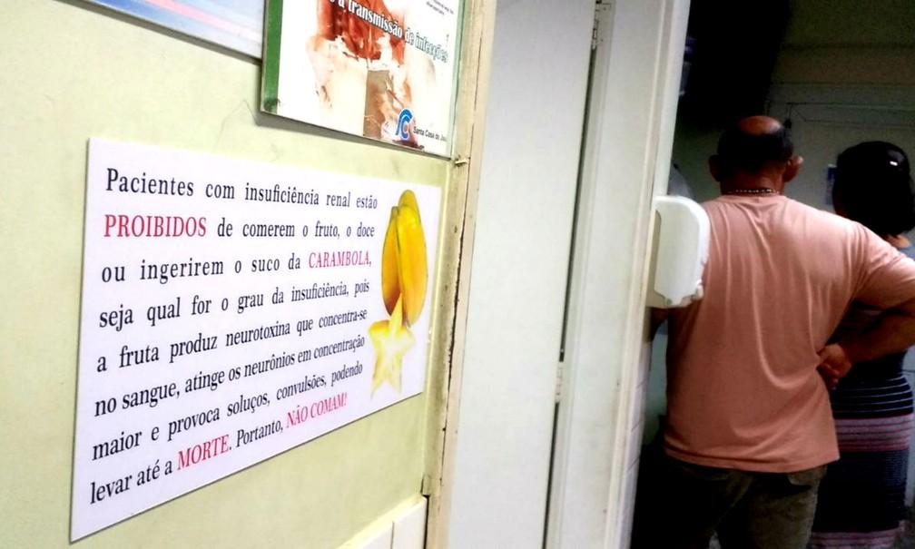 Cartaz exigido pela 'lei da carambola'  afixado na Santa Casa de Jaú, um dos poucos locais que cumprem legislação (Foto: Sérgio Pais/G1)