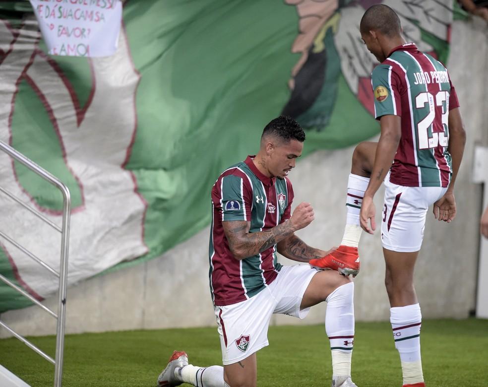 """Luciano """"engraxa"""" a chuteira de João Pedro após receber assistência do garoto — Foto: André Durão"""