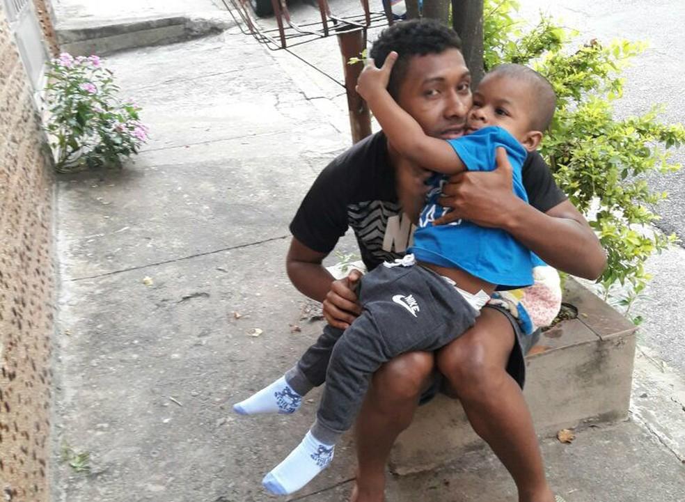 Igor ao lado do filho Davi Lucas: jogador busca auxílio para tratamento (Foto: Arquivo pessoal)