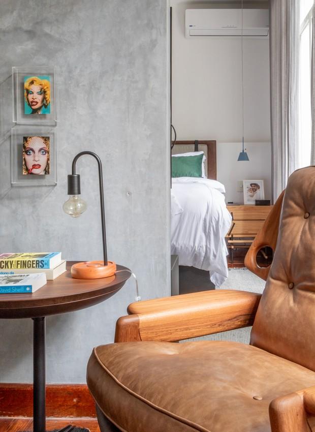 No quarto, poltrona Benjamin, de Sergio Rodrigues na Arquivo Contemporâneo. Os pôsteres comprados em viagens ganharam molduras com caixas de acrílico. (Foto: André Nazareth/Editora Globo)